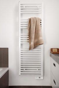 Ein Heizkörper fürs Bad, der gleichzeitig als Handtuchhalter dient. Foto: AEG Haustechnik
