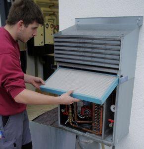 Filtertausch bei einer größeren Klimaanlage.